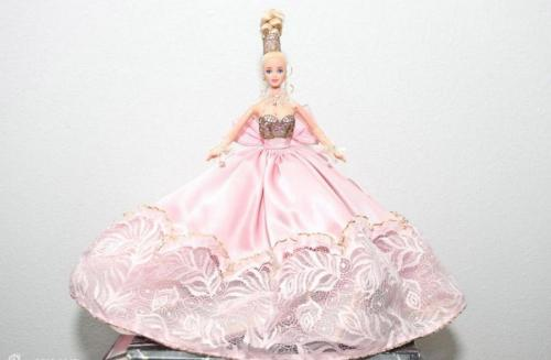 1.史丹利坐在沙发上展示他收藏的芭比娃娃