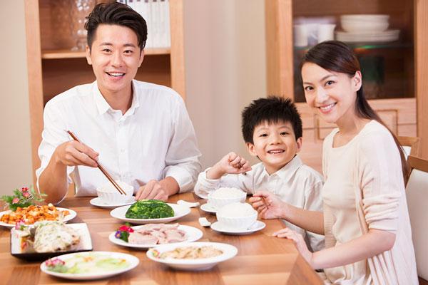 培养孩子的餐桌礼仪-不吃包子馅 爱喝乳饮料 孩子的饮食习惯得改