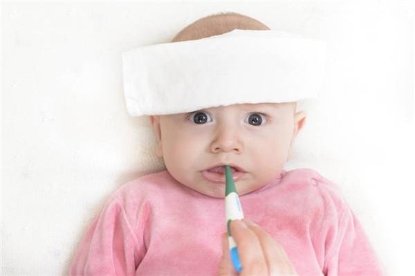 发烧,应该是小儿最常见的病状了,可每当孩子发烧,爸妈还是会急的团团转。想为孩子做点什么,希望孩子能好得更快。但如果爸妈对发烧不了解,反而会使反劲儿,造成病情加重。例如,在孩子发烧时,爸妈十有八九会想到用冷毛巾给孩子敷一敷,降降温。这种做法不一定对。啥时候用冷毛巾,啥时候又该用热毛巾,可是大有讲究的。   一、我们先来说说孩子为什么会烧起来。   发烧是外敌与人体免疫系统战斗的结果。人的体温是靠中枢神经来调节的。孩子生病的时候,可能是病毒感染、细菌感染或者支原体感染等,外敌来犯,人体的免疫系统