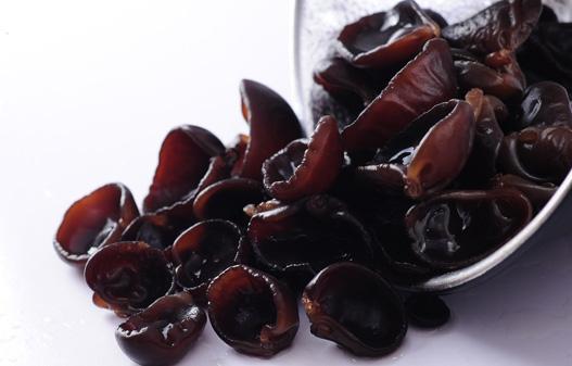 黑木耳色泽黑褐,质地柔软呈胶质状,薄而有弹性,湿润时半透明,干燥时收缩变为脆硬的角质近似革质。味道鲜美,可素可荤,营养丰富。木耳味甘,性平,具有很多药用功效。能益气强身,有活血效能,并可防治缺铁性贫血等;可养血驻颜,令人肌肤红润,容光焕发,能够疏通肠胃,润滑肠道,同时对高血压患者也有一定帮助。 黑木耳蛋白质的含量是牛奶的六倍,钙、磷、铁纤维素含量也不少,此外,还有甘露聚糖、葡萄糖、木糖等醣类,及卵磷脂、麦角甾醇和维生素C等,木耳具有预防动脉粥样硬化的功效。蛋白质丰富,而且富含多种维生素和矿物质,特别是铁