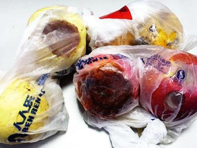超市特價銷售腐爛水果 長期食用會引發各種疾病
