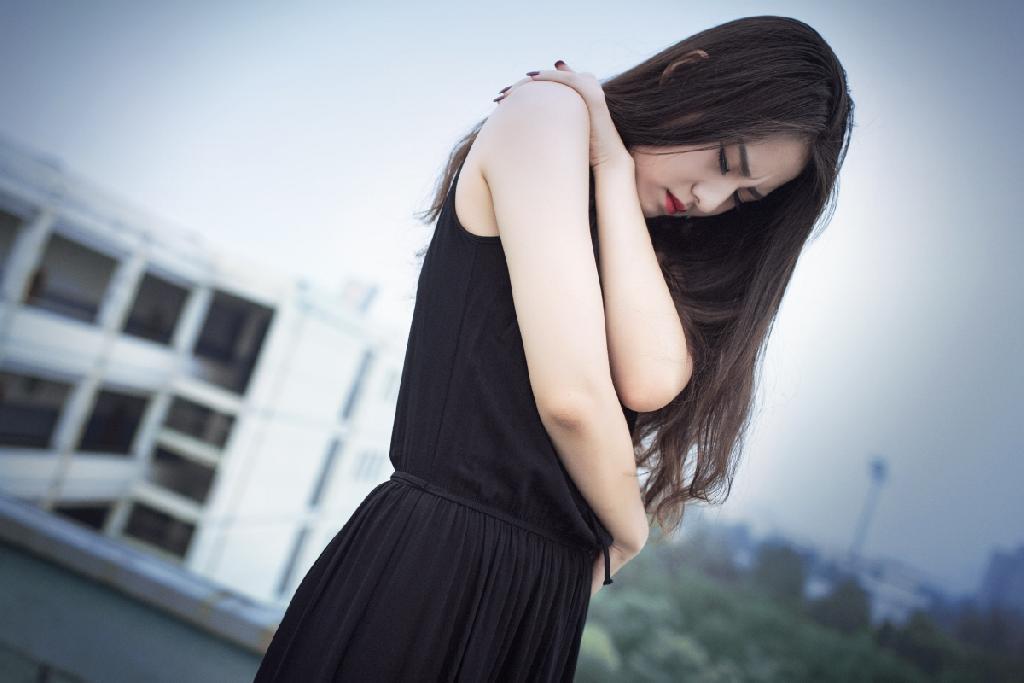 伤感唯美女人图片 玫瑰纹身的伤感 长发气质美女 意境图片
