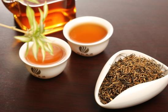 红茶功效与作用 提神消疲经由医学实验发现,红茶中的咖啡碱藉由刺激大脑皮质来兴奋神经中枢,促成提神、思考力集中,进而使思维反应更形敏锐,记忆力增强;它也对血管系统和心脏具兴奋作用,强化心搏,从而加快血液循环以利新陈代谢,同时又促进发汗和利尿,由此双管齐下加速排泄乳酸(使肌肉感觉疲劳的物质)及其它体内老废物质,达到消除疲劳的效果。 茶叶具有抗癌作用的说法很流行,世界各地的研究人员也对此做过许多的探索,但是一般认为茶叶的抗癌作用主要表现在绿茶方面,有了新的进展。研究发现,红茶同绿茶一样,同样有很强的抗癌功效。