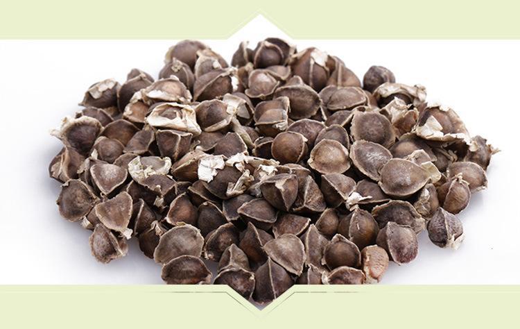 辣木籽需要剥外壳食内子,请勿将籽壳丢弃,可用水泡服或作为净水剂,一般来说刚开始食用最好一天食用一至三次,一次二至四粒,一星期后再依个人体质加减,持续食用一个月后,即可明显感受到效果。食用辣木籽要咬碎后,以开水服用,这时你可立即体验到辣木籽的神奇,服用后不久即可感觉到满口甘甜,即使再喝白开水都还是甜的,甚至连吞口水都有自然的甘甜味。木籽对降血压血脂及加速新陈代谢有特殊的功效,于平常喝水泡茶喝花茶之中,先喝一口后,吃一至三粒(剥壳食内籽)食用后再喝多量的水,你会对刚喝过的水或茶有另一种自然的甘甜味。 一般来