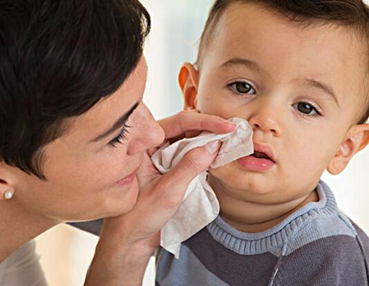 每个宝宝都有过感冒的经历,也是家长带宝宝看门诊最常见的原因,那什么是感冒呢?感冒后需要看医生吗?感冒后需要吃药及用抗生素吗?感冒如何预防和治疗呢?家长对感冒都有哪些疑问呢?   感冒的原因是什么?   感冒是由于病毒感染引起的,其中最常见的是鼻病毒,因为环境中存在有太多的病毒,所以宝宝才会经常感冒。引起感冒的病毒在自然界,甚至在人体皮肤,黏膜表面广泛存在;各种导致全身或唿吸道局部防御功能降低的原因,如受凉、气候突变、疲劳等可使原已存在于上唿吸道的或从外界侵入的病毒迅速繁殖,从而诱发感冒。    宝宝是