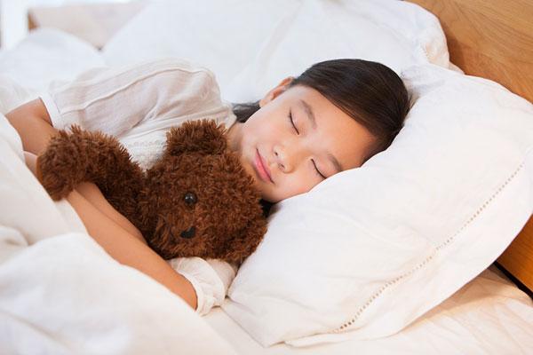 有人一觉醒来发现自己的枕头被口水浸湿,睡觉流口水有可能是给你的身体发出健康提醒了。睡觉流口水是怎么回事呢?睡觉流口水能避免吗?睡觉流口水怎么办?   1、睡觉姿势不对   睡觉的时候流口水,可能是睡觉姿势不当引起的,如趴在桌子上睡、侧卧位睡觉等。这种情况下,只需要适当调整睡觉姿势,就可减少流口水情况的发生。   2、脾胃失调   中医认为成年人流口水是脾胃功能失调的一种表现,这种情况常见于脾胃运动功能减弱、水湿停留、脾胃湿热或胃里存食下降、胃热上蒸,即所谓的胃不和则卧不安。   3、面神经炎或中风