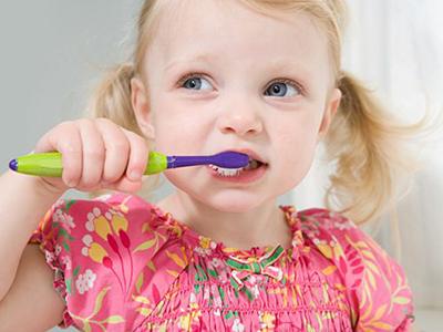 三、盐水漱口 用温盐水漱口能够帮助牙疼快速止疼。盐水本身就是很好的收敛止血剂,用盐水漱口能够帮助牙疼快速止疼。但要注意的是,漱口的盐水温度不宜过高,且漱口后的盐水不宜吞咽。 配方:野菊花30克,白芷10克。用法:将野菊花和白芷加水煎煮之后滤去药渣,待药液微温之后用药水含漱,每日可以进行6次左右。功效:清热解毒除燥湿,还能帮助消肿止疼。对于上火引起的牙疼有不错效果。注意事项:用中药液含漱的办法治疗牙疼,帮助止疼,具体的配方请在医生指导下根据牙疼的原因对症下药。 四、充分的休息 牙疼的时候想要止疼的一个方法